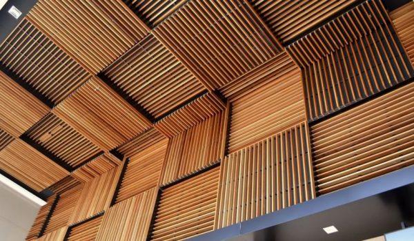 Реечный потолок из бруса