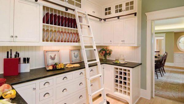 Для доступа к верхним шкафам понадобится лестница