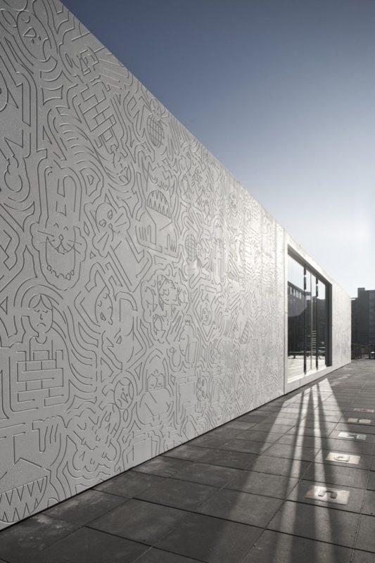 Обычный серый фасад из графического бетона