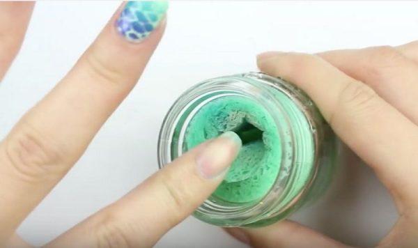 Снятие лака с ногтей при помощи губки