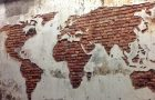 Карта мира на стене из штукатурки