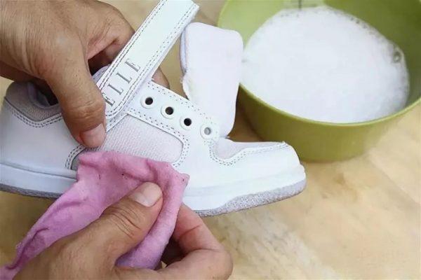 Очистка подошвы кроссовок стиральным порошком