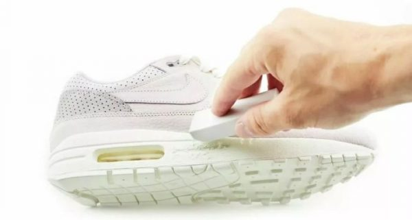 Очистка подошвы кроссовок ластиком