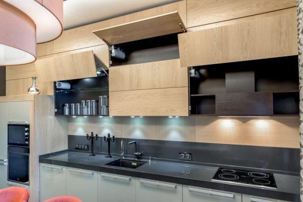 Кухня с высокими верхними шкафами