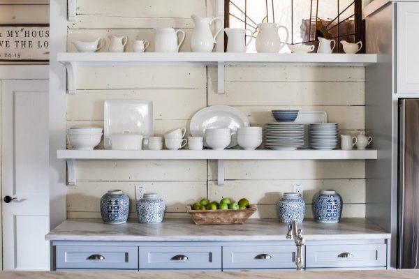 Кухня в скандинавском стиле с открытыми полками