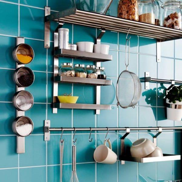Интерьер кухни с рейлингами