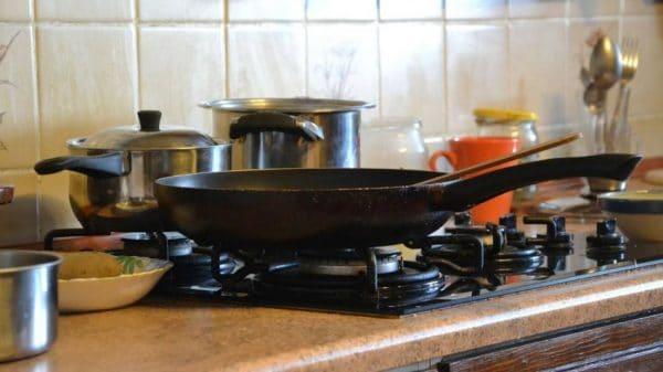 Кастрюли и сковороды на плите