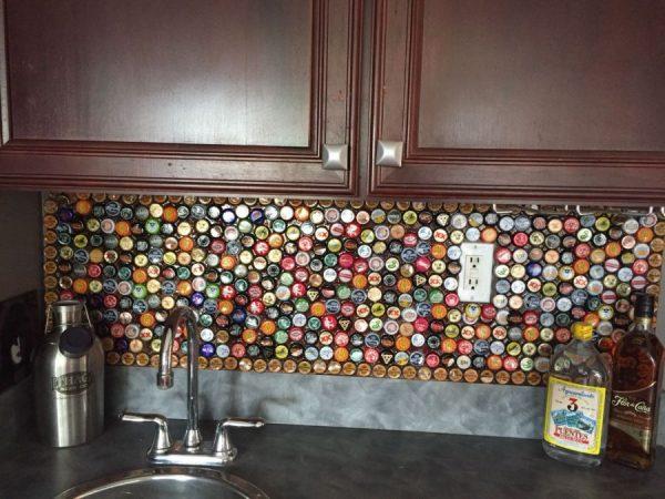 Фартук на кухне из пивных крышек