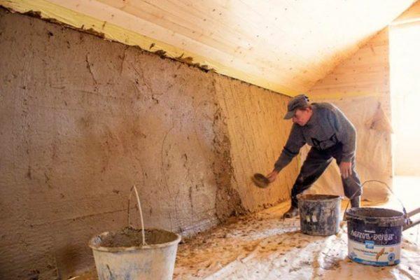 Нанесение глиняной штукатурки на стену