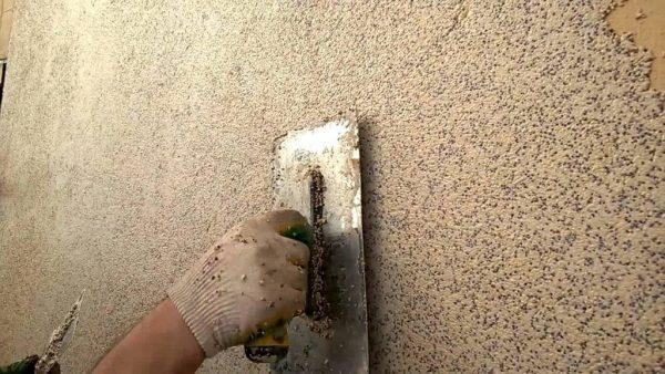 Нанесение камешковой штукатурки