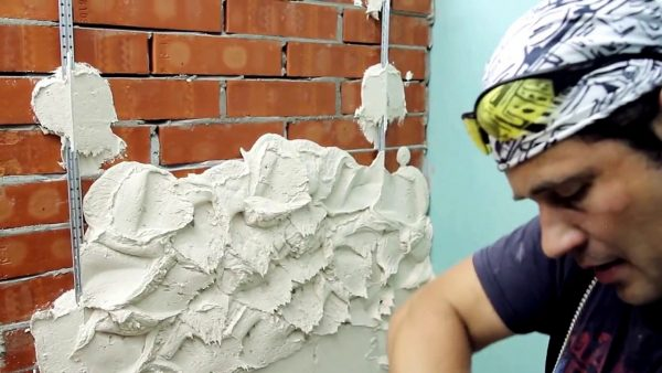 Нанесение штукатурки на кирпичную стену