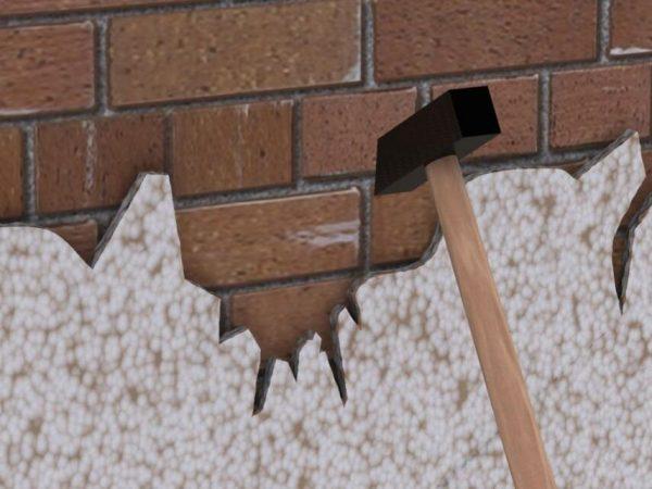 Очистка кирпичной стены от старой штукатурки