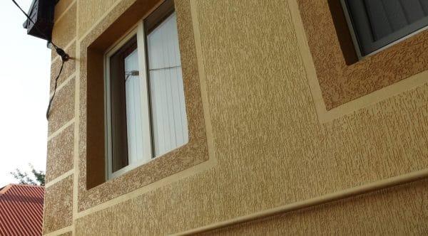 Отделка фасада дома штукатуркой короед