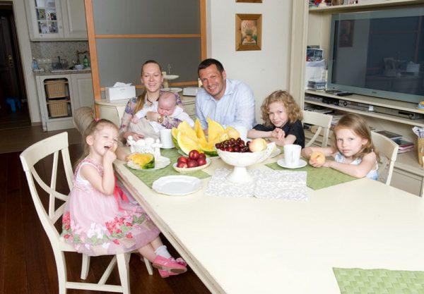 С женой Эльгой Сэпп и детьми