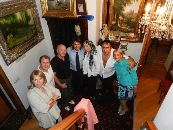 Станислав Садальский с гостями в своей квартире