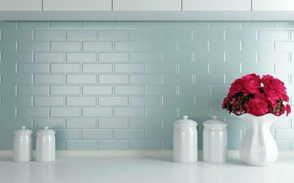 Стена покрашенная керамической краской на кухне