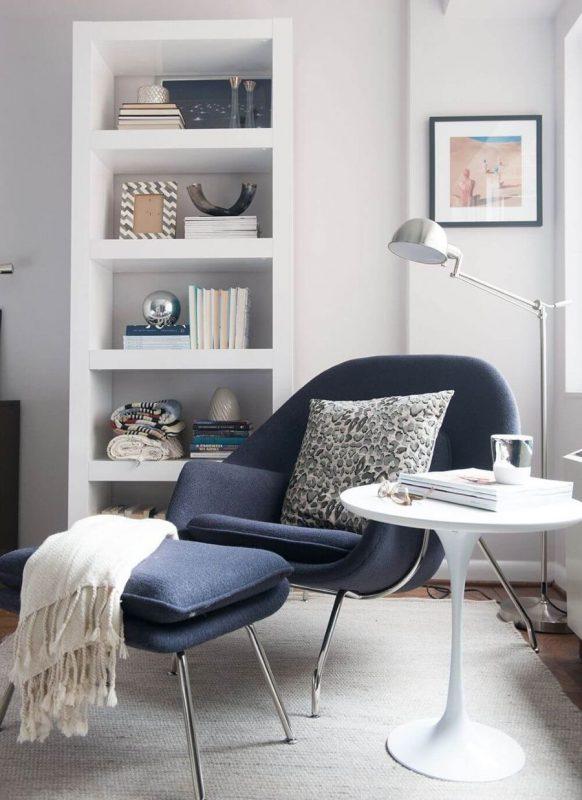 Уютный уголок с креслом в гостиной