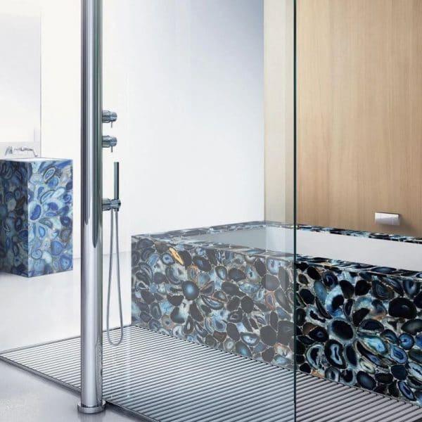 Минеральное покрытие с уникальной текстурой в ванной