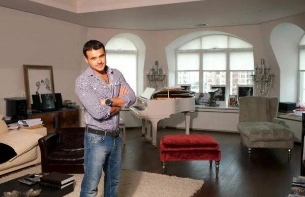 Эмин Агаларов в своей квартире в Москве