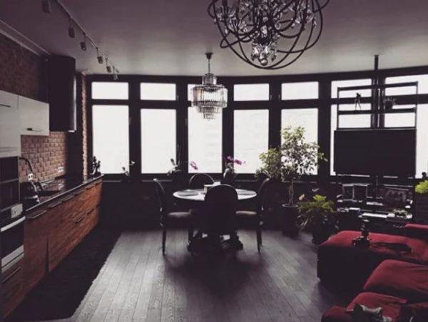 Общий вид гостиной с совмещенной кухней