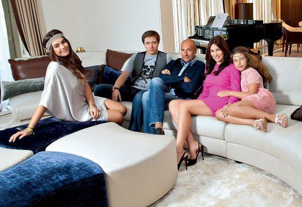 Игорь Крутой дома с семьей