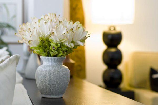 Ваза с цветами в комнате