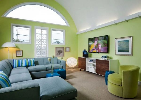 Светло зеленые стены в интерьере гостиной