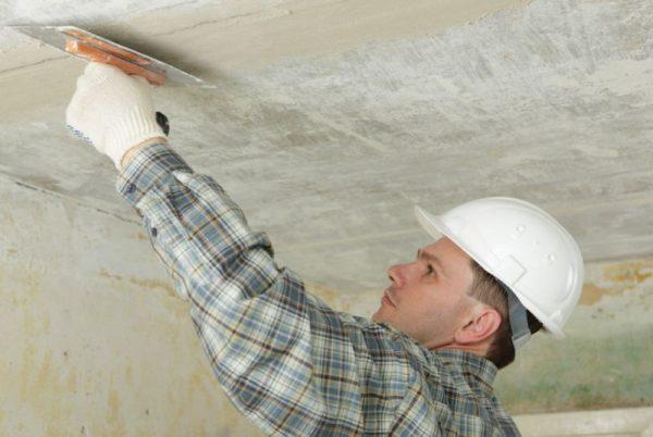 Оштукатуривание потолка первый слой