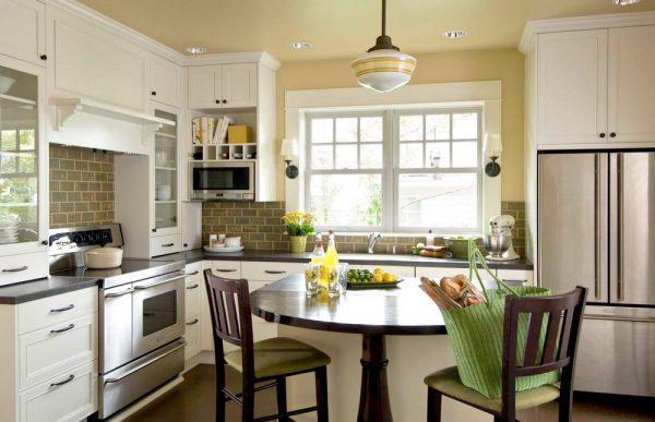 Кухня в американском стиле без штор и занавесок