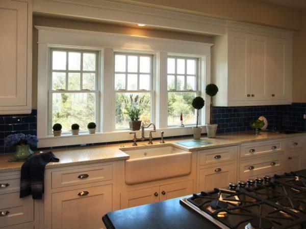 Кухонная раковина перед окном