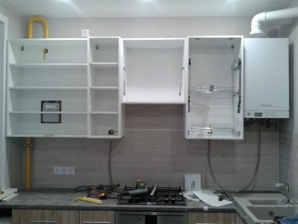 Кухонный гарнитур с газовой трубой