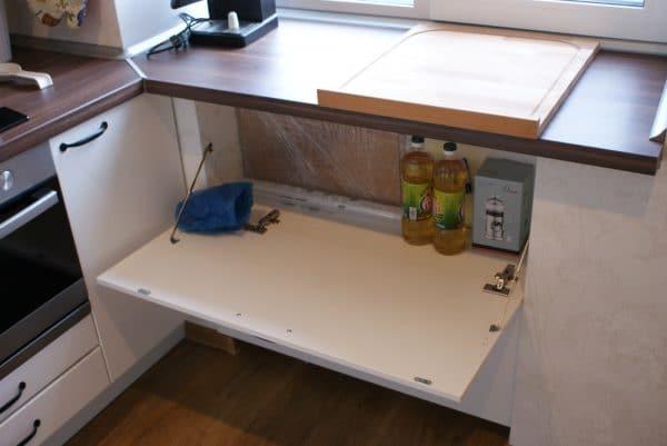 Кухонный шкаф под подоконником