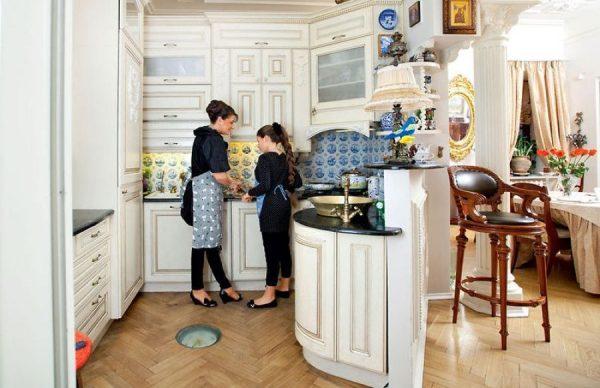 Кухня и столовая в квартире Мельниковой