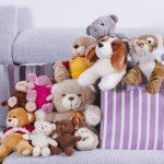 Мягкие игрушки на диване