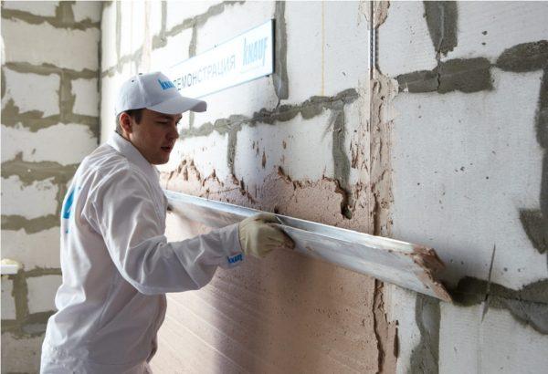 Нанесение гипсовой смеси Кнауф на стену из газобетона