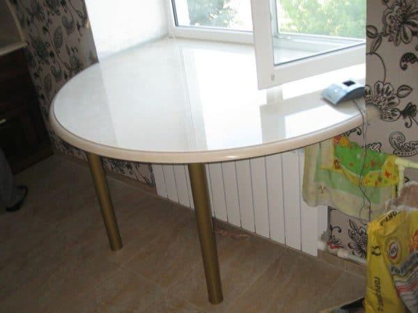 Полукруглый столик на кухне