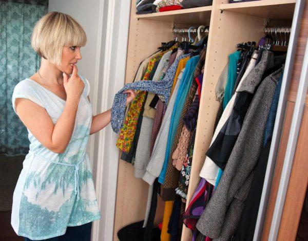 Старая одежда в шкафу