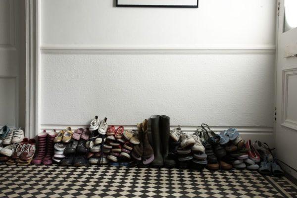 Старая обувь в доме