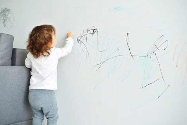 Ребенок рисует на стене