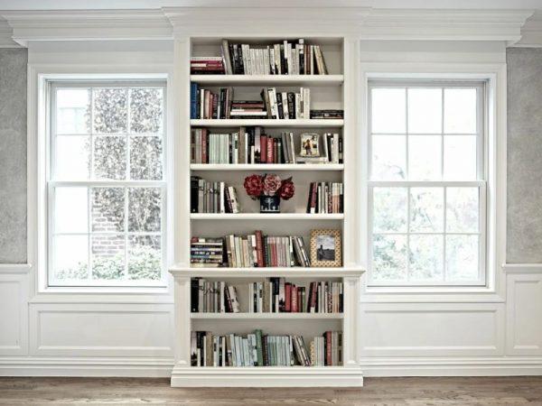 Книжный шкаф между окнами