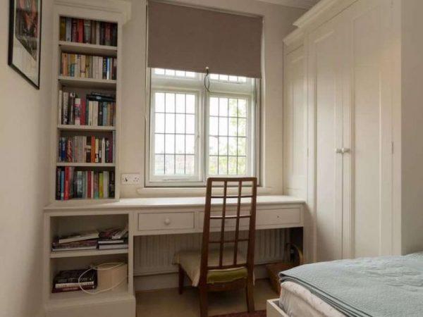 Письменный стол со шкафами у окна