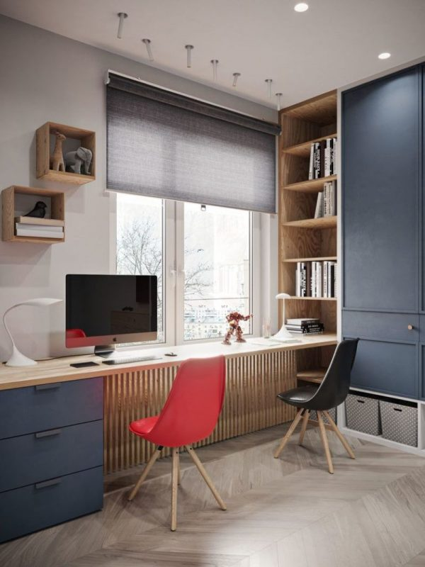 Стол и шкаф у окна рабочей зоной