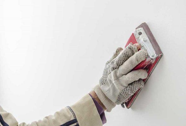 Шлифование поверхности стен наждачкой