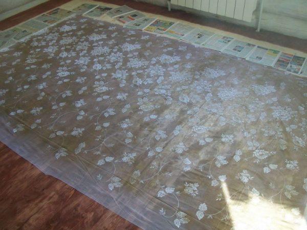 Ситцевая ткань на полу