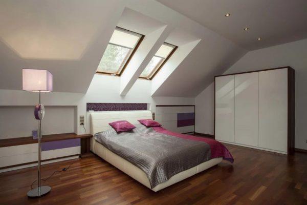 Точечные светильники в интерьере комнаты с наклонным потолком