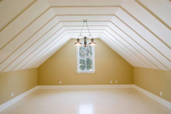 Пластиковый реечный потолок в мансарде