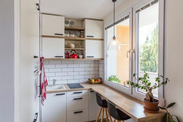 Стол-подоконник позволяет сэкономить место на кухне