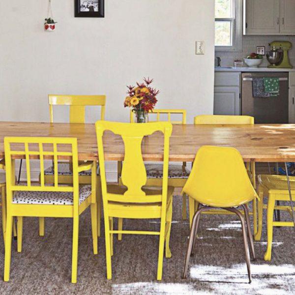 Желтые стулья разных размеров