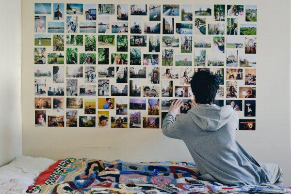 Уберите лишние фотографии из комнаты