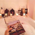 Чтение книг в ванной
